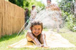 Wasserspaß beim Rasensprengen