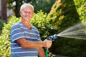 Rasen bewässern mit dem Gartenschlauch